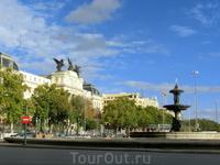Дойдя до конца Paseo del Prado, я вышла на площадь Plaza del Emperador Carlos V. Это большая площадь, где соединяются 7 городских магистралей. До 1941 ...
