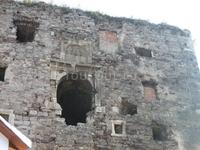 а это выход с другой стороны, прям посреди стены. Рантше к нему вел подъемный мост от монастыря.