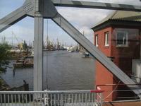Река Преголя, вид с моста на краны и корабли у причалов.