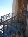 кованная решетка достойно украшают вход в часовню