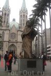 Сан-Паулу. Кафедральный собор на площади Се. Одна из главных достопримечательностей Сан-Паулу, находится в самом центре, здесь всегда много народа.