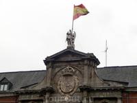 Одно время в этом дворце была тюрьма, где в свое время сидели и Лопе де Вега, и знаменитый разбойник Луис Канделас, и многочисленные жертвы святой инквизиции тоже сидели здесь &quotпод ангелом&quot, о