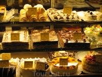 """витрина сладостей в кафе """"Цукерня"""""""
