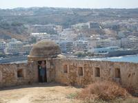 Сохранились только( восстановленные) стены,цистерны и мечеть с большим куполом.
