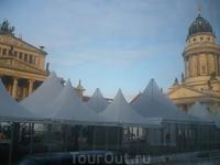 самая красивая площадь -Жандарменмаркт-оперный театр,справа Французский собор,слева Немецкий.Эти палатки  остались от рождественских праздников.