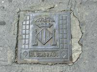 Не знаю почему, но в Мурсии мне не довелось сфотографировать люк, а Валенсии вот он, как положено, с гербом города.  Герб Валенсии базируется на геральдике ...