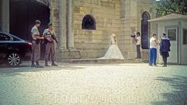 На фоне невесты милыми начинают казаться и те молодцЫ с оружием