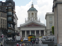 Брюссель.  Церковь  Св .Иакова   Куденберга.(St. Jacgues sur Coudenberg) ,построена в 1776 -1787г.г. Конная  статуя  перед церковью(выглядывает из  за ...