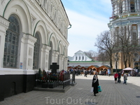 Могила П. А. Столыпина  у Трапезной палаты.