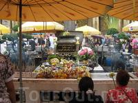 Тайцы приносят цветы, еду и другие пожертвования, притом абсолютно чистосердечно...