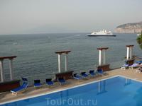 Вид на бассейн отеля.