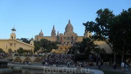 Вечерняя Барселона. Люди собираются на шоу магических фонтанов