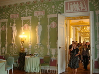 А это та же комната сейчас. Видя это понимаешь, насколько важно сохранить и оставить потомкам такие бесценные вещи. Позже выложу фотографии собора в Гамбурге ...