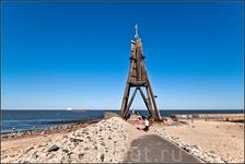 Символом Куксхафена является 30 метровый маяк (Kugelbake), полностью построенный в 1703 году из дерева. Маяк известен на всю Германию, так как одновременно ...