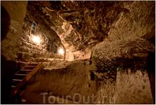 Вардзия чем-то похожа на Уплисцихе, но она более вертикальна и несколько углублена в скалу, здесь надо  ходить вверх-вниз и время от времени спускаться ...