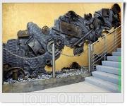 Эксклюзивность выставки ощущается уже на входе: лестница оформлена в общей стилистике из различных механизмов и обломков техники той эпохи.