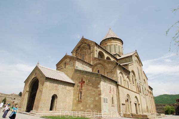 Красивейший Светицховели (или храм Животворящего столба), который на протяжении многих тысячелетий являлся главным собором Грузии. Внутри очень красиво, но не помпезно, и царит особая атмосфера