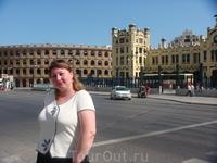 Вид на железнодорожный вокзал Валенсии и арену, где происходит коррида.