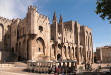 На площади Дю-Пале возвышается самый внушительный памятник города - обширный комплекс Папского дворца (1339-1364 гг.) с казначейством, Башней ангелов, ...