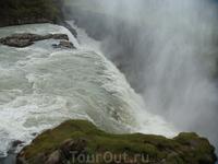 Бушующие воды водопада