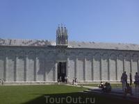 Внешняя стена и вход на кладбище
