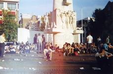 Центральная площадь, где много хиппарей со всей Европы, много марихуаны и свободной любви
