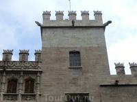 Также интересна башня. Ее реконструировали в 1885/1902 годах и поэтому верхушка светлее основного здания.  Это здание меня порадовало присутствием моих ...