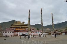В Самье произошли исторические дебаты, в результате которых было решено, что традиция Махаяны станет главенствующим направлением буддизма в Тибете. Уникальность Самье также заключается и в архитектурн