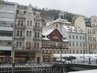 На главной улице города. Красный домик с казино - дом, в котором останавливался на отдых наш царь Петр I
