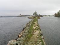 Вид на крепость, слева Нева, справа канал