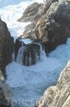 Волны там накатывают постоянно на скалы.