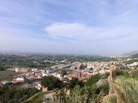 Если всмотреться, то на горизонте видно скалу «Петушиный гребень» – Креста-дель-Галло, живописный массив Сьерра-де-Колумбарес.