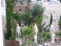 Скульптуры во дворе виллы