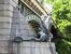 Опоры моста против течения реки украшают скульптуры гидр с гербом Праги также работы Йиржи Скоупа.