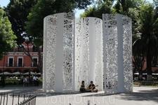 Современная скульптура на площади Сокало
