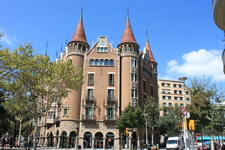 Барселона. Не знаю,что это за здание,но мне очень приглянулось=)