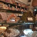 В городе повсюду продают сладости, просто тонны разнообразных сладостей. Этот город населяют сладкоежки, однозначно!