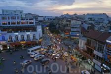 И  днем  и  ночью  такое  движение в Ханое ( в прочем, как и  во  всем  Вьетнаме).  Без правил:  все  едут-идут куда  хотят  и  и  причем  одновременно ...