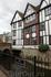 """Дома прямо нависают над водой, рядом - место коронации королей. Мост Clattern через реку Hogsmill упоминается в 1293 году как """"Clateryngbrugge"""""""