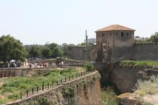 вход в Белгород-Днестровская крепость. Огромные рвы.