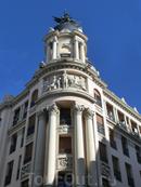 Конечно же без него никак - Ave Fenix, символ страхового общества La Unión y el Fénix. Первый Феникс был размещен в Мадриде на здании по Гран Виа, 32 и ее автором был Mariano Benlliure.
