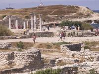 Хорошо видны колонны, которые подобрали и расставили, в одном из трех древних храмов, обнаруженных на территории Херсонеса. Этот у местных называется  ...
