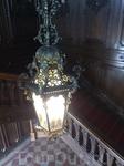 Чудесная кованая люстра над лестницей