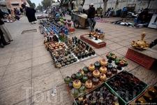 Рынок керамики у ворот старого города.