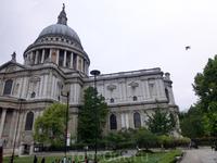 Жаль, что на Собор святого Павла, главный кафедральный собор Лондона посмотрели только из окна автобуса.  Кафедральный Собор святого Павла возведен на священном месте, на котором во времена Римской им