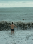 Купание в шторм. Впечатления отрицательные-камни сбивают ноги, к телу прилипает морской мусор. На Азовском море в шторм интересно купаться: нет камней ...