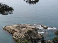 Вот такие скалы находятся в море у побережья