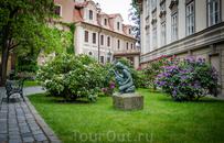 Рядом со входом в Ледебургские сады, где много очень красивых старинных терасс. Стоит посетить.