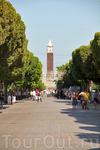 Стольчный бульвар, вдалке видна башня с часами - это так называемый Биг Бен Туниса