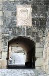 Ворота равелина ведут в нижнюю часть замка и к спуску вниз.